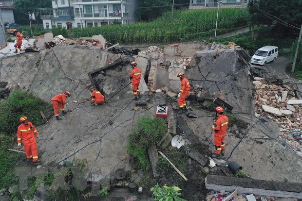PM Phuc extends sympathy to China over natural disasters hinh anh 1