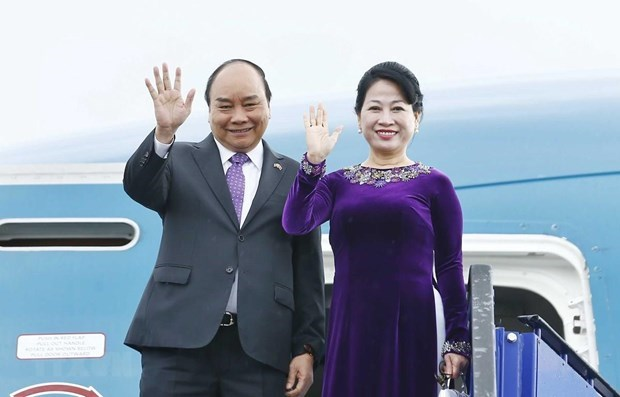 PM flies to Bangkok for 34th ASEAN Summit hinh anh 1