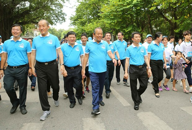 Thousands join walk to convey health messages hinh anh 1