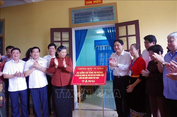NA leader presents gifts to ethnic students hinh anh 1