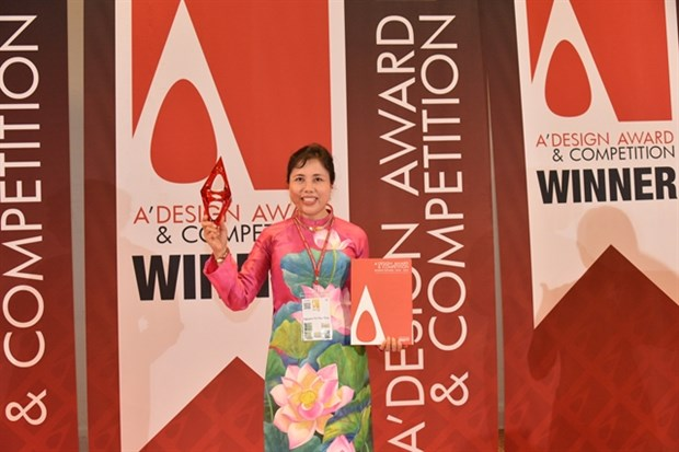 Murals at Noi Bai airport win world design award hinh anh 1