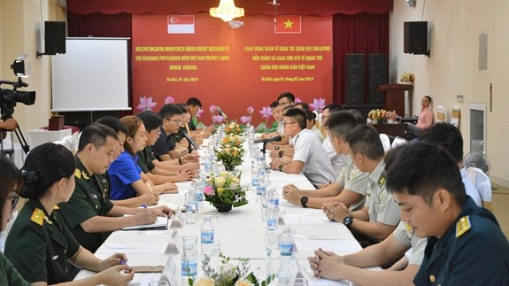 Vietnam, Singapore young officers foster exchange hinh anh 1