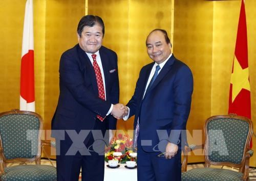 PM meets with leaders of Japanese conglomerates hinh anh 1