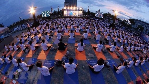 Over 1,200 people join yoga performance in Da Nang city hinh anh 1