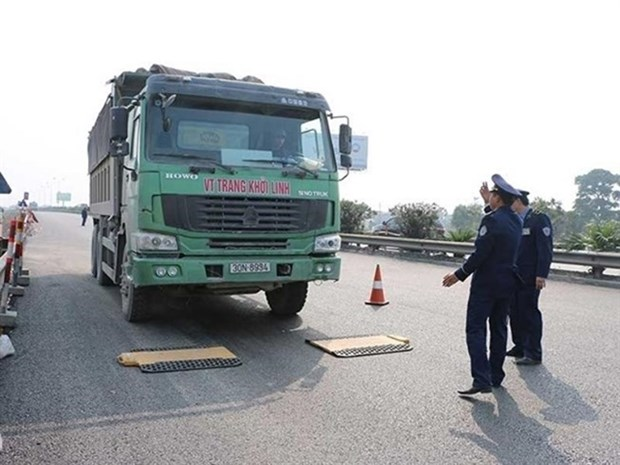Campaign launched to deal with overloaded trucks hinh anh 1