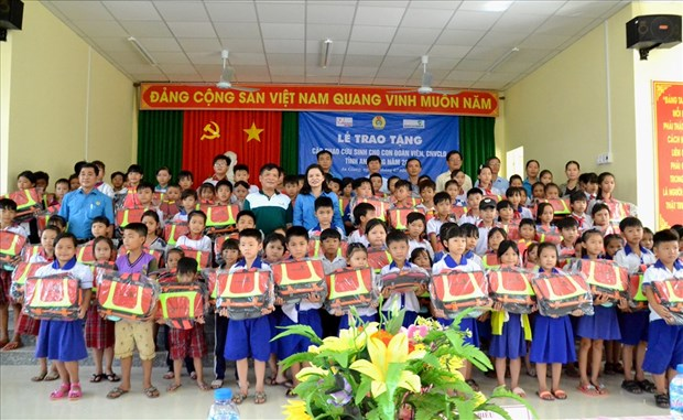 Lifebuoys designed like schoolbags presented to An Giang students hinh anh 1