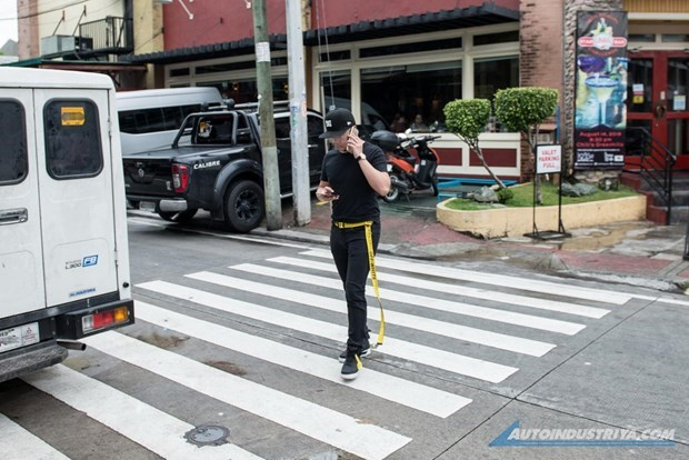Philippine city forbids use of gadgets while walking in public places hinh anh 1