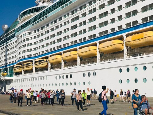 Two int'l cruise ships visit Vietnam in early July hinh anh 1