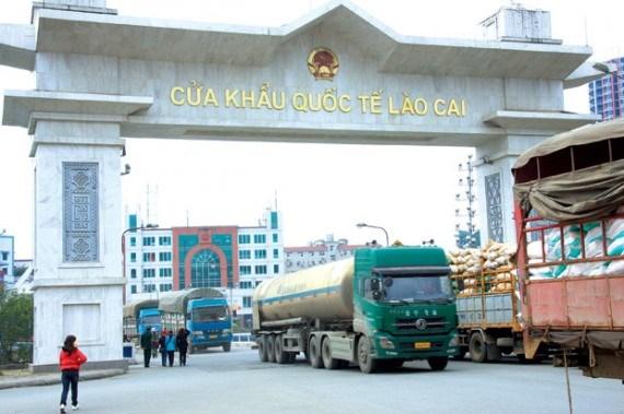 Trade through Lao Cai international border gate goes down hinh anh 1
