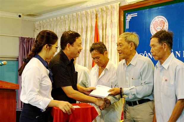 Gifts presented to Overseas Vietnamese in Cambodia hinh anh 1