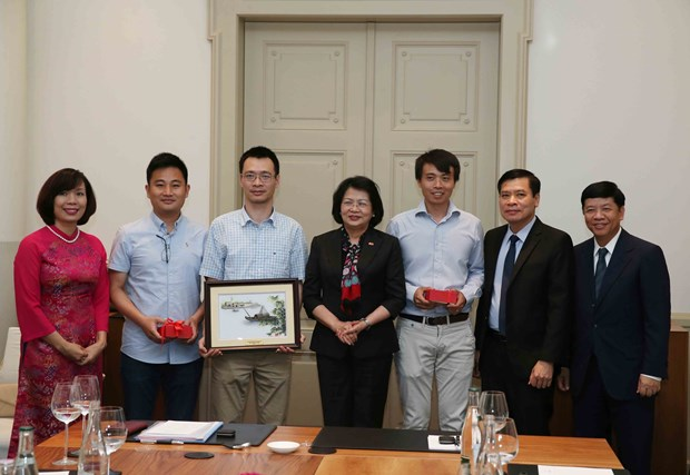 Vice President receives Vietnamese intellectuals in Switzerland hinh anh 1
