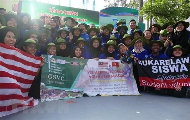 Malaysian students join volunteer campaign in HCM City hinh anh 1