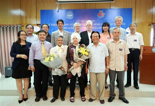 Six US activists honoured with peace medal hinh anh 1