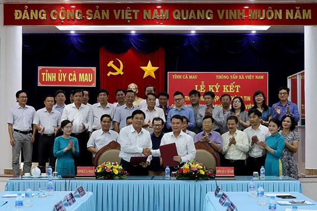 Vietnam News Agency signs information cooperation pact with Ca Mau hinh anh 1