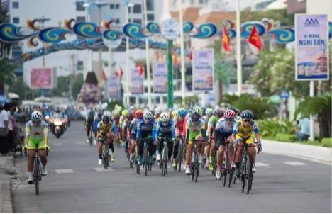 Women cycling tournament for An Giang TV cup starts hinh anh 1