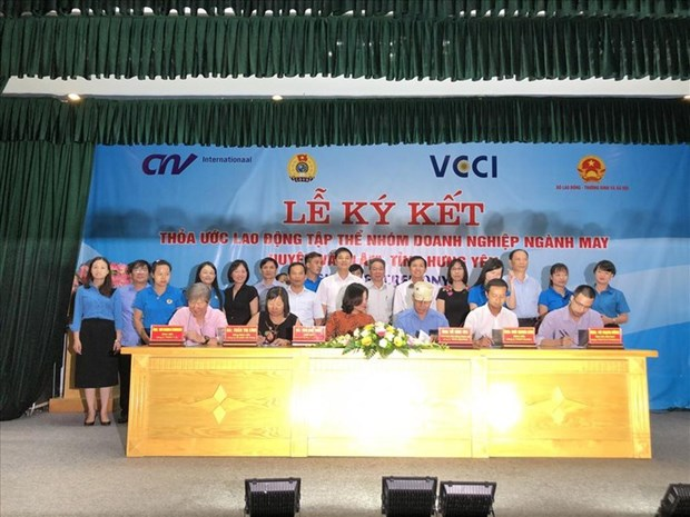 Hung Yen: Five garment firms ink collective labour agreements hinh anh 1