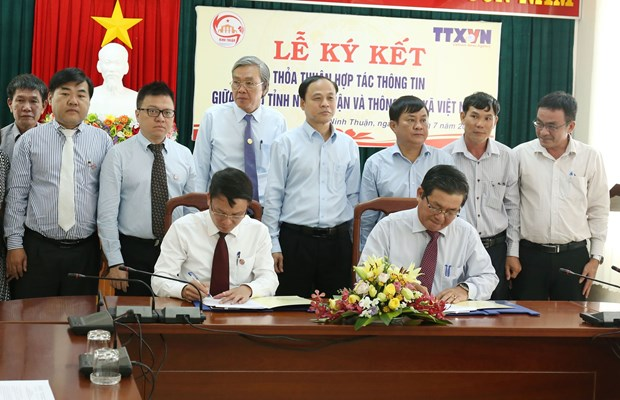 Vietnam News Agency signs information cooperation with Ninh Thuan province hinh anh 1