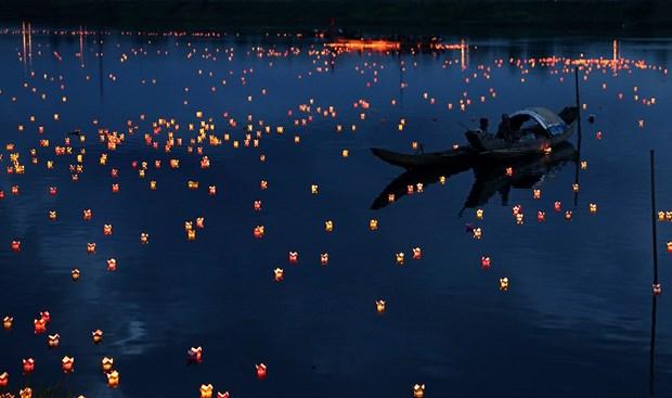 Lantern festival marks invalids, martyrs' day hinh anh 1
