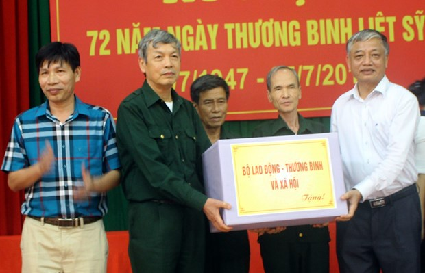 Labour deputy minister presents gifts to war invalids hinh anh 1