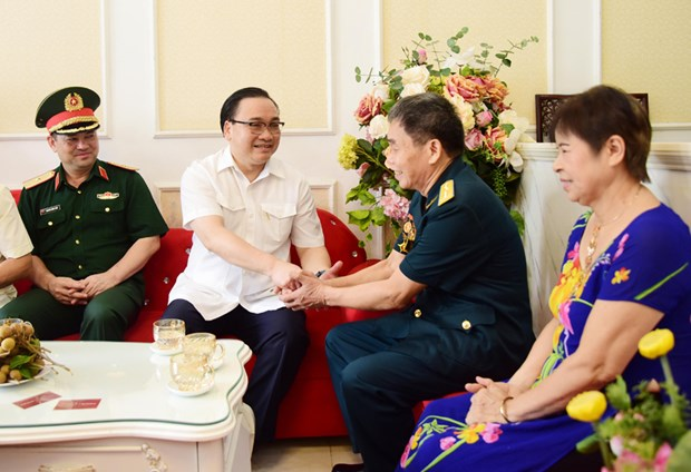 Hanoi presents gift packages to social policy beneficiaries hinh anh 1