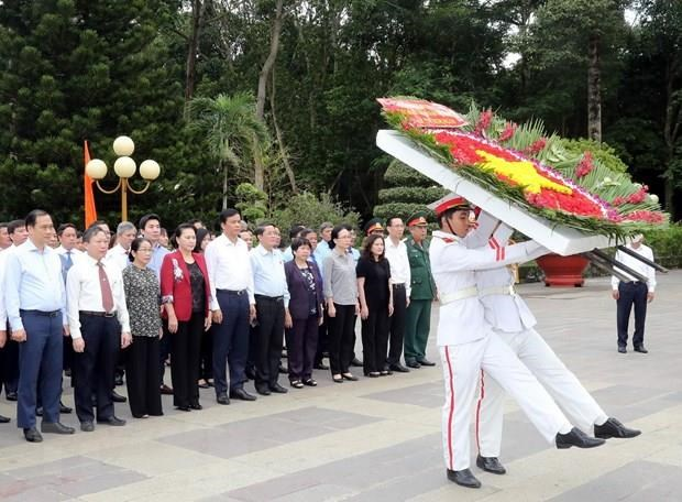 Top legislator pays tribute to fallen soldiers hinh anh 1