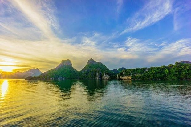 Ha Long Bay ranked in top 10 most beautiful sunrise spots in world hinh anh 1