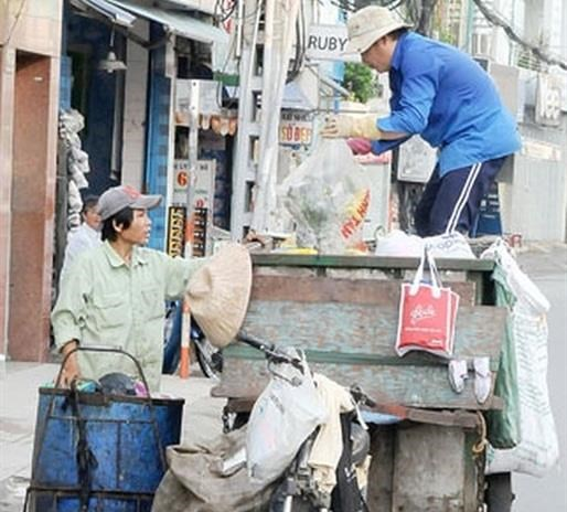 HCM City offers help to private garbage collectors hinh anh 1