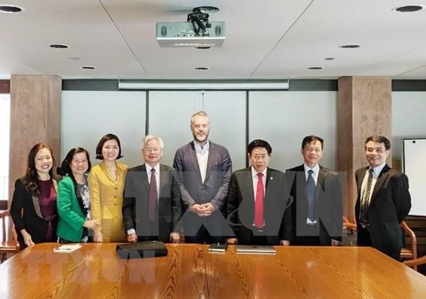 Central theoretical council delegation visits Canada hinh anh 1