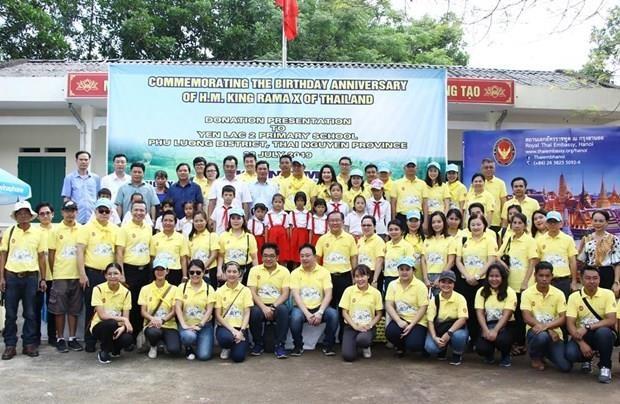Thai embassy presents gifts to Thai Nguyen's schoolchildren hinh anh 1
