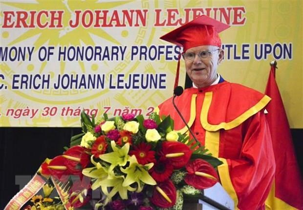 German charity fund leader receives Honorary Professor title hinh anh 1