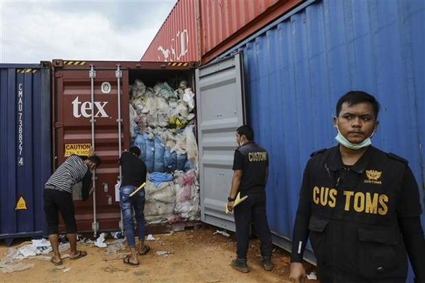 Indonesia continues to return imported waste hinh anh 1