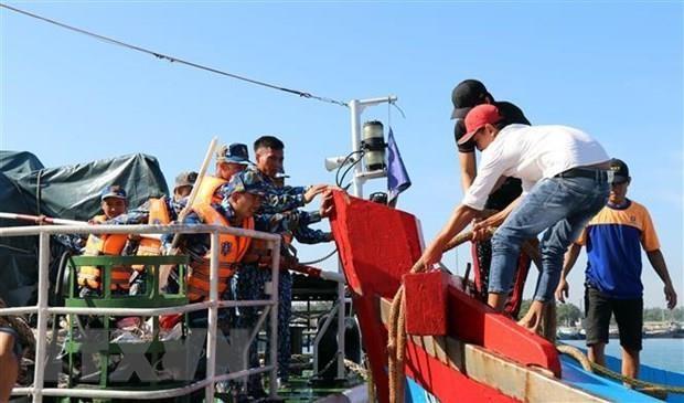 Binh Dinh: six fishermen aboard sunken boat rescued hinh anh 1
