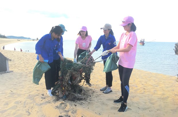 Quang Binh youths join efforts to protect environment hinh anh 1