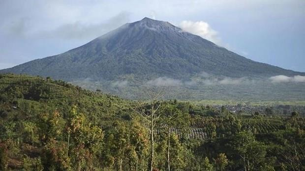 Indonesia issues flight warning as volcano erupts on Sumatra Island hinh anh 1