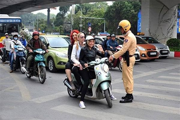 HCM City's campaign target foreigners violating traffic rules hinh anh 1