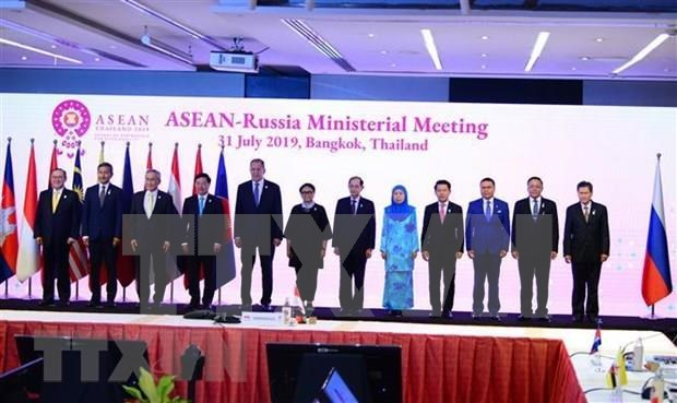 Vietnam active at multilateral, bilateral meetings within AMM-52 hinh anh 1