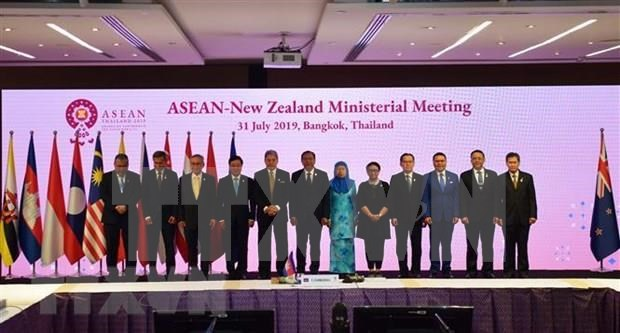Vietnam active at multilateral, bilateral meetings within AMM-52 hinh anh 2