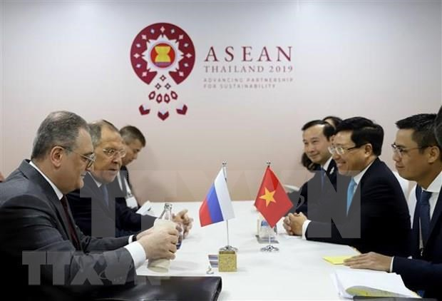 Vietnam active at multilateral, bilateral meetings within AMM-52 hinh anh 3