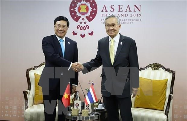 Vietnam active at multilateral, bilateral meetings within AMM-52 hinh anh 4