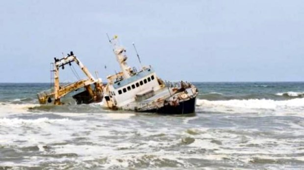 Indonesian fishing boat sinks, four dead and 31 missing hinh anh 1
