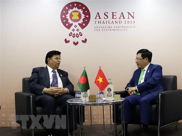 Deputy PM holds bilateral meetings on AMM-52 sidelines hinh anh 2