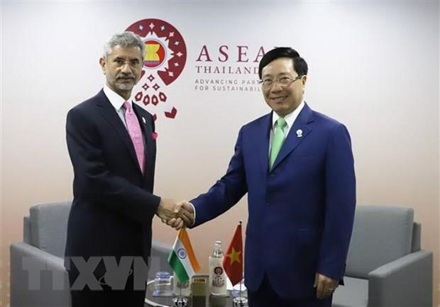 Deputy PM holds bilateral meetings on AMM-52 sidelines hinh anh 1