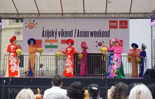 Vietnamese culture shines at Asian Weekend 2019 in Slovakia hinh anh 1