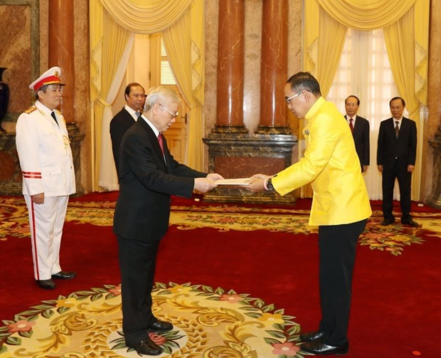 Party, State leader receives new ambassadors hinh anh 1