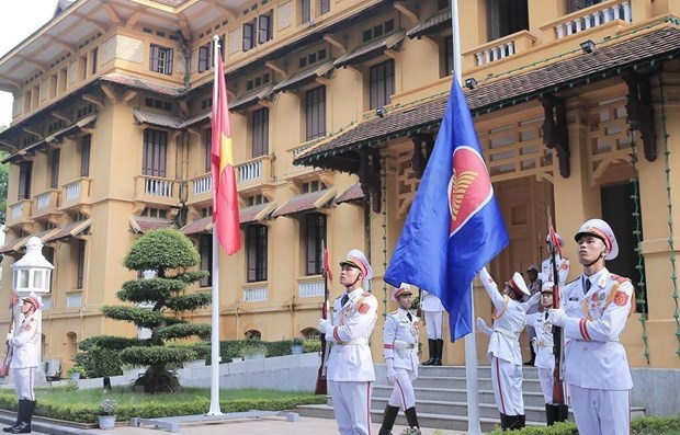 ASEAN flag hoisting ceremony celebrates grouping's 52nd anniversary hinh anh 1
