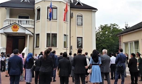 Vietnam embassy in Ukraine holds ASEAN flag hoisting ceremony hinh anh 1