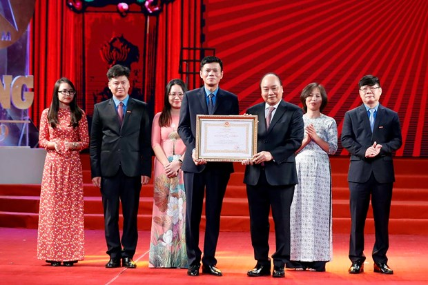 PM Phuc attends ceremony marking 90th anniversary of labour newspaper hinh anh 1