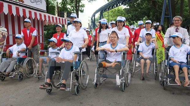 Art exchange aims to ease pain of AO victims hinh anh 1