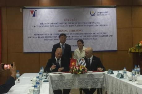 Vietnam, Uruguay sign trade, investment promotion deal hinh anh 1