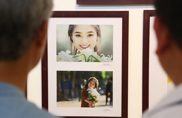 Photos featuring beauty of Hanoians on display hinh anh 1